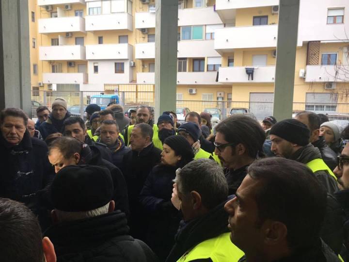 Sculco a sostegno di Marrelli durante un sit - in alla prefettura